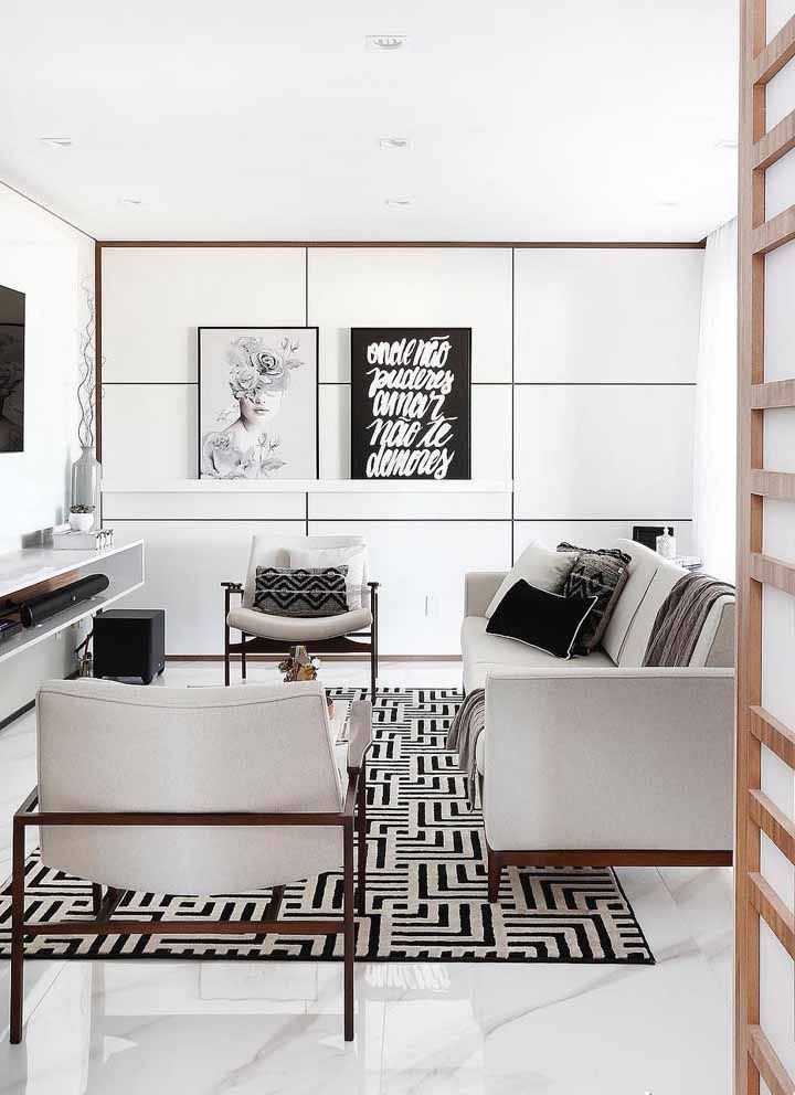Aqui, não são só as paredes que são brancas, toda a sala segue nessa cor; o diferencial são as pinceladas de preto nos objetos decorativos