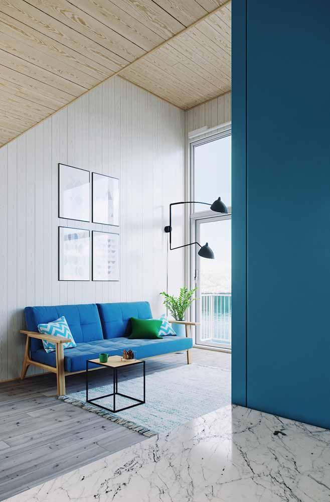 Nessa sala de estar, o branco continua lá, mas o azul...é ele que transforma a decoração