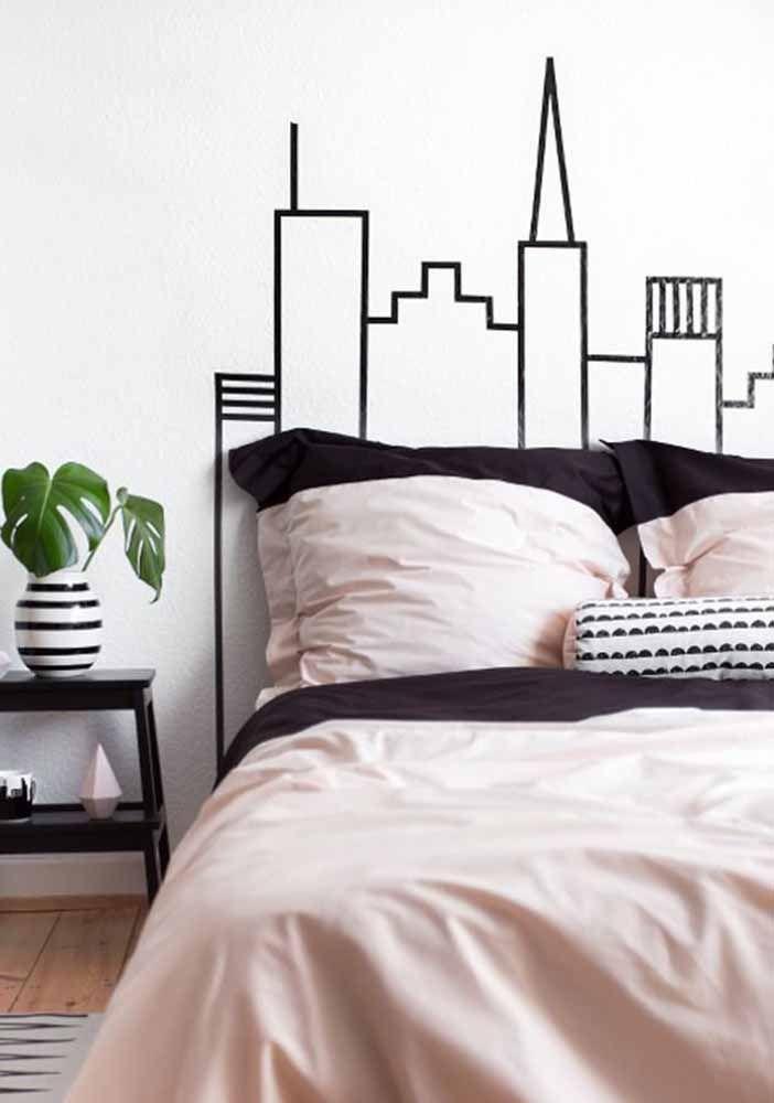 Uma dica para mudar o visual da parede branca gastando pouco – ou quase nada: use fita isolante para criar desenhos