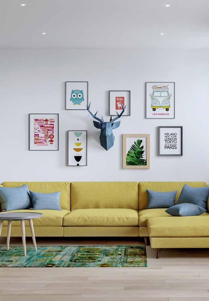 Quadros e um sofá amarelo para iluminar a parede branca