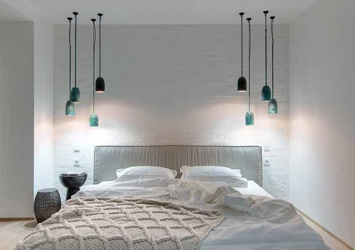 A parede branca de tijolinhos ganhou reforço das luminárias coloridas e da luz que sai delas