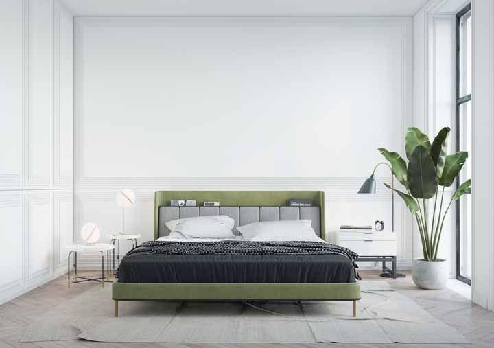 Nas paredes brancas, apenas as boisseries; é o verde que dá o toque de cor e vida para o quarto