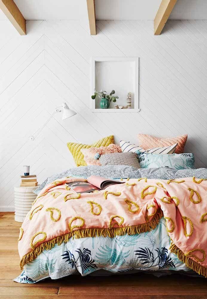 Branca sim, mas revestida com madeira! Para trazer ânimo ao quarto, uma cama bem colorida
