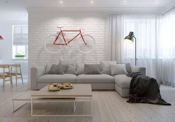 Parede branca, cortina branca....é a bicicleta com detalhes em vermelho que contrasta o ambiente