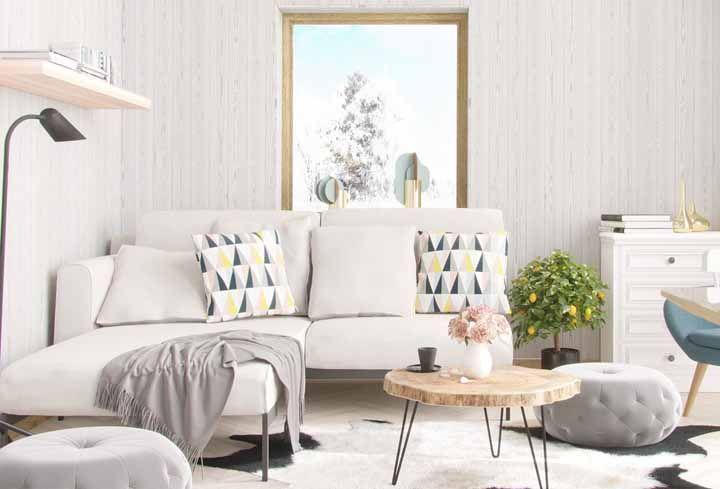 A luz natural que entra pela janela é ampliada pelo tom branco das paredes