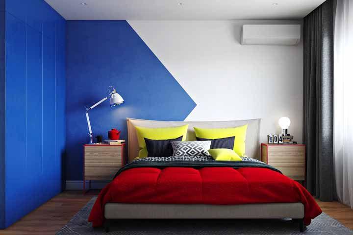 Gosta de paredes geométricas? Que tal arriscar uma branca e azul?