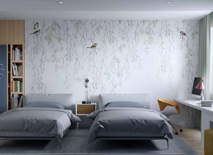 Sobre a parede branca, passarinhos empoleirados