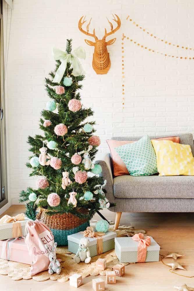 Se tem criança em casa, nada melhor do que enfeitar a árvore com itens infantis