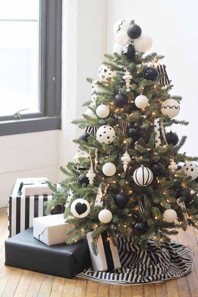 Já imaginou uma árvore enfeitada com itens em preto e branco? Veja como ficou o resultado!