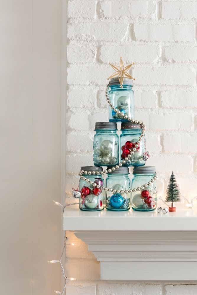 Para fazer uma árvore de natal diferente, basta usar a criatividade