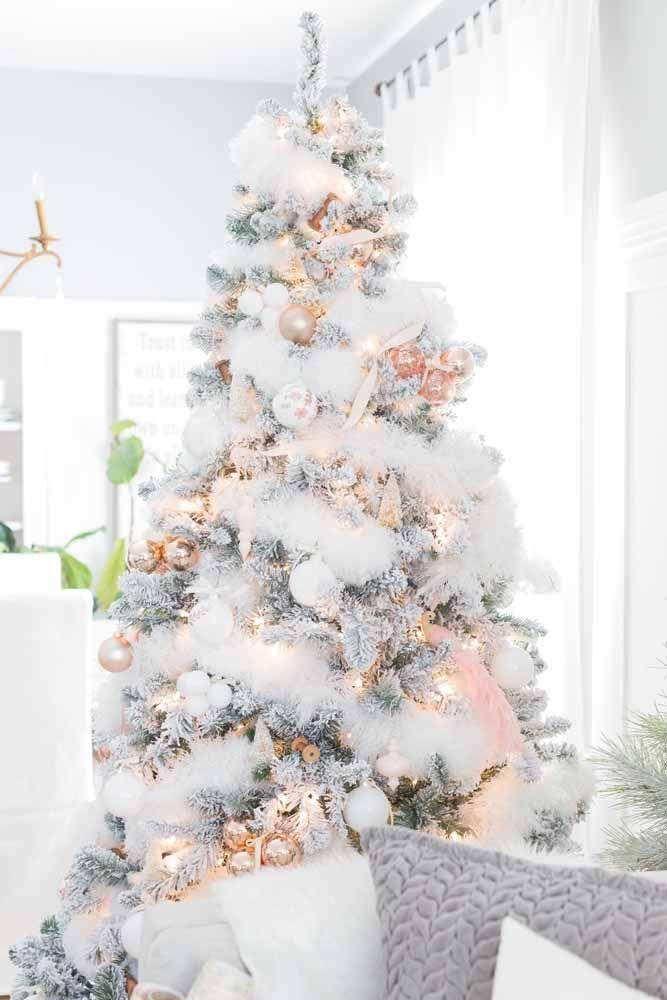 Usando materiais especiais é possível dar a impressão de uma árvore de natal cheia de neve