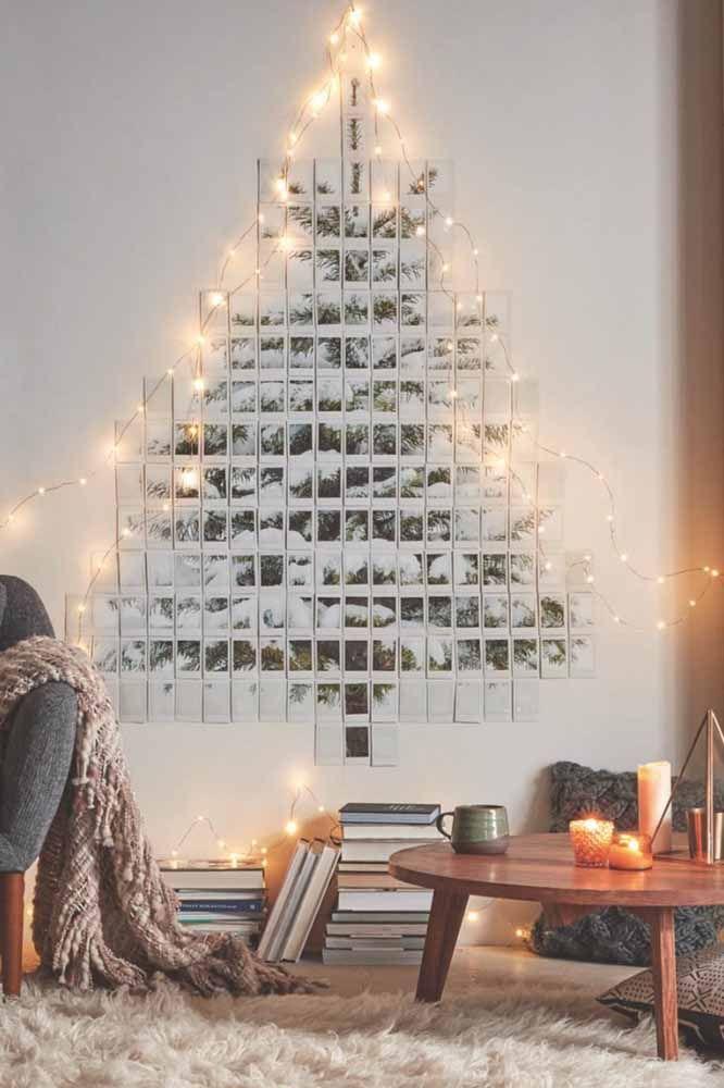 Monte a árvore por meio de quebra-cabeça e coloque na parede. Depois é só complementar a decoração com um pisca-pisca