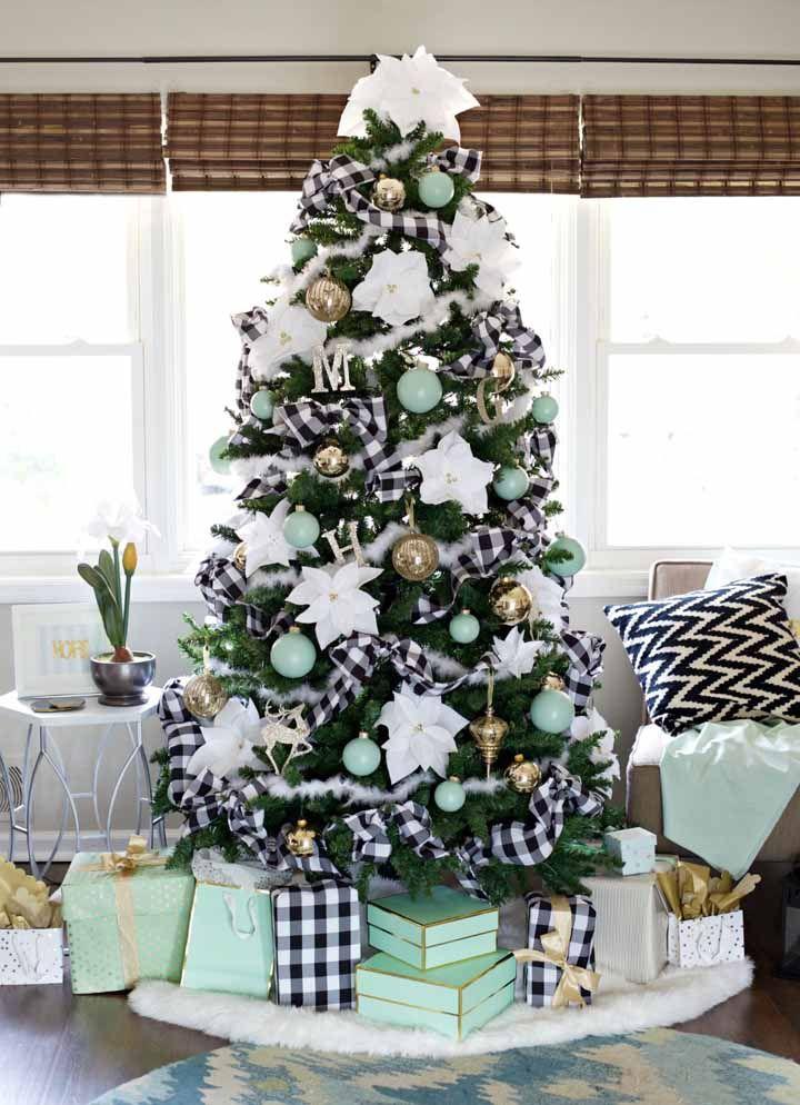 Que tal fazer vários laços grande do tecido de sua preferência e colocar na árvore?