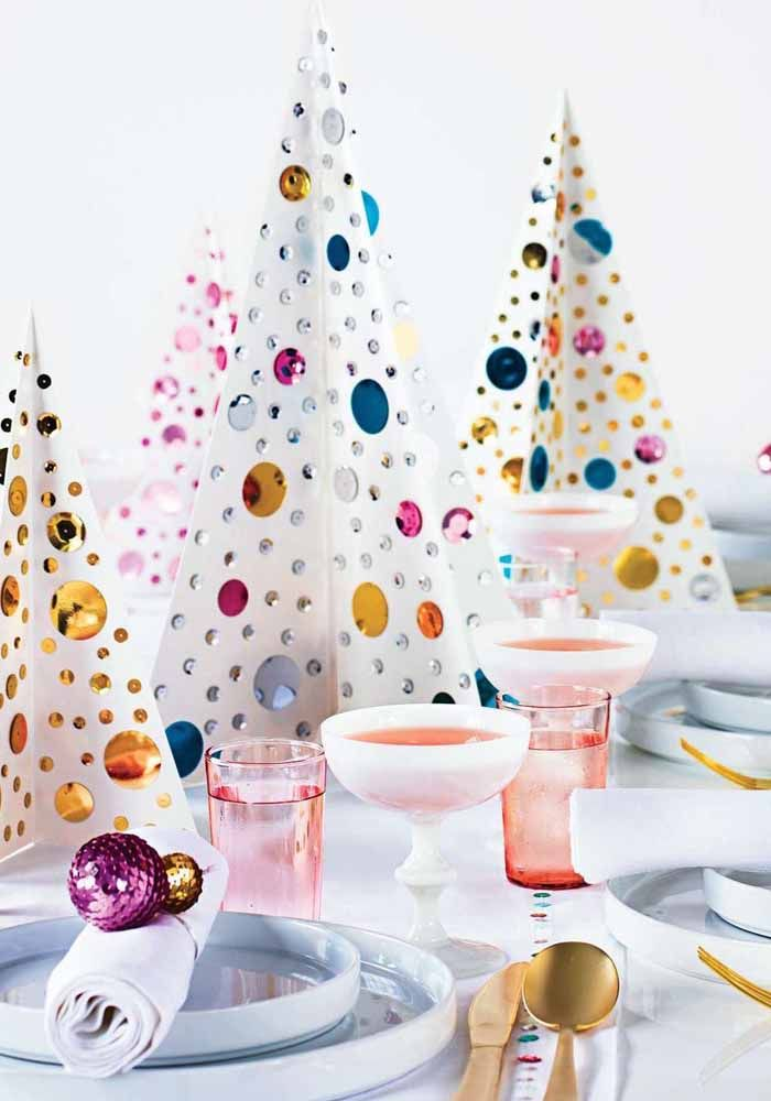 Use pequenas árvores de natal para compor a decoração da mesa da ceia