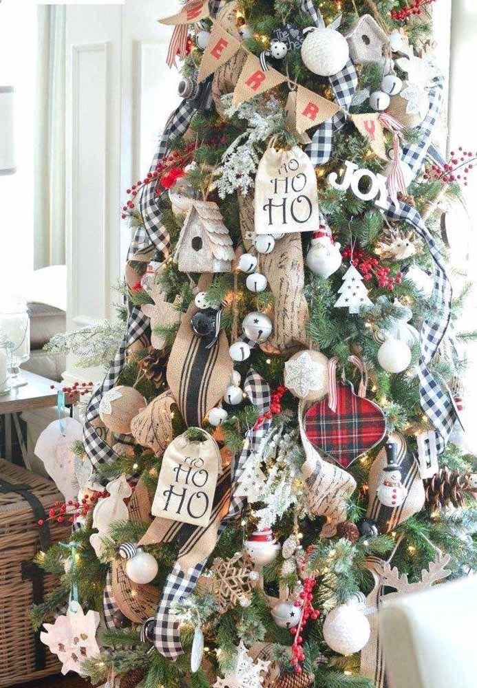 Quem gosta de manter uma árvore de natal repleta de enfeites, ideias é o que não falta