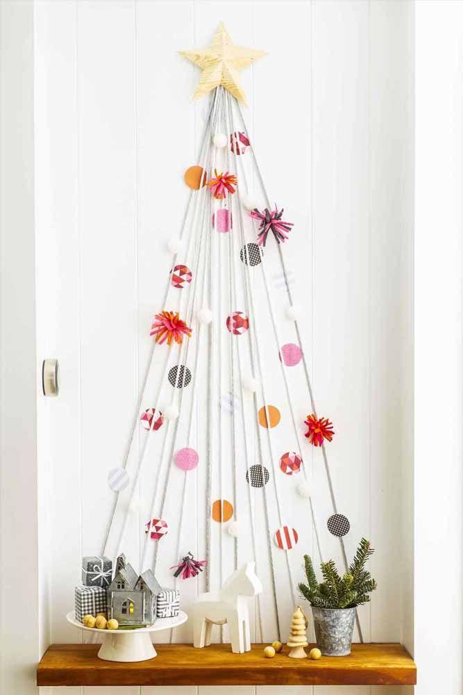 Usando corda é possível fazer uma linda árvore de natal na parede da sua casa