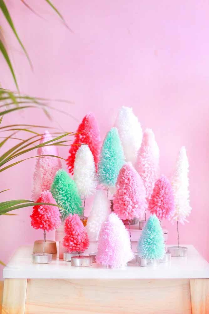 Decore uma mesa com mini árvores de natal