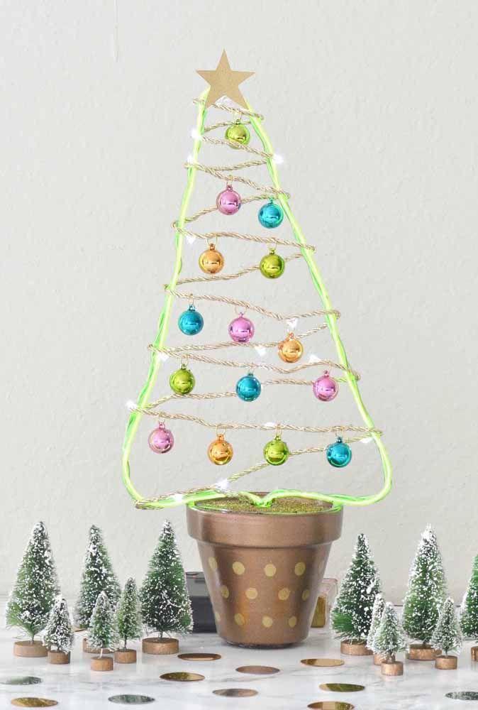 Faça uma árvore de natal simples enfeitando com bolas