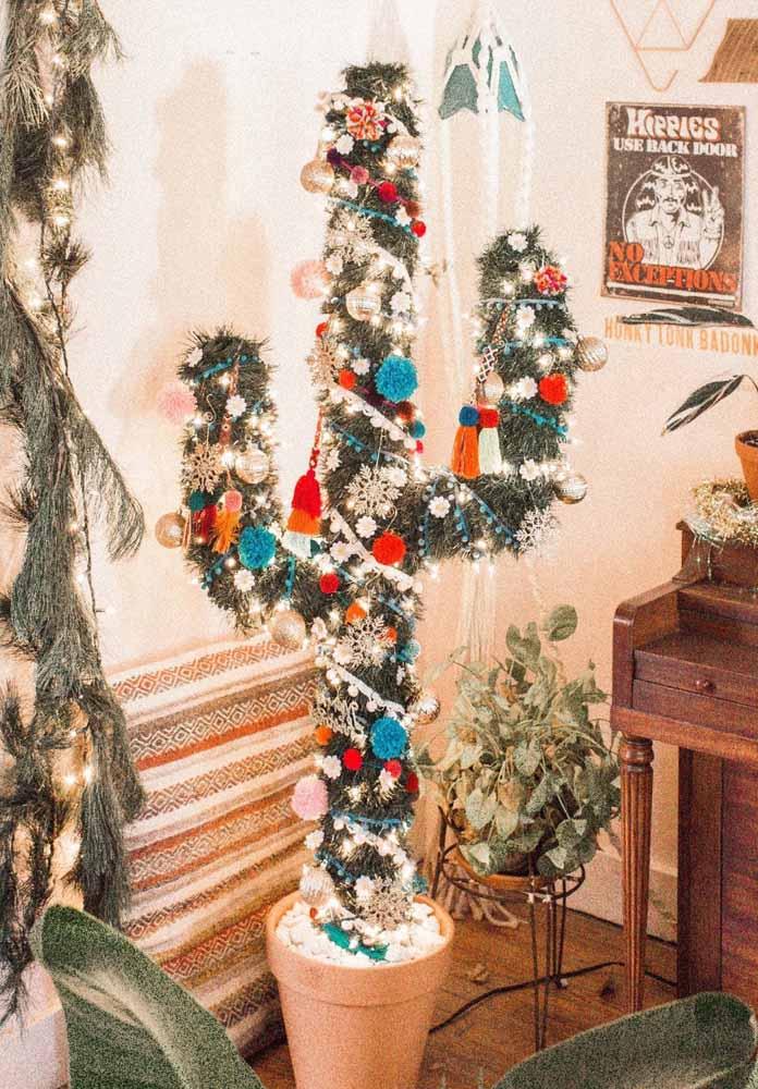 Colocando alguns enfeites natalinos você consegue transformar um cacto em uma linda árvore de natal