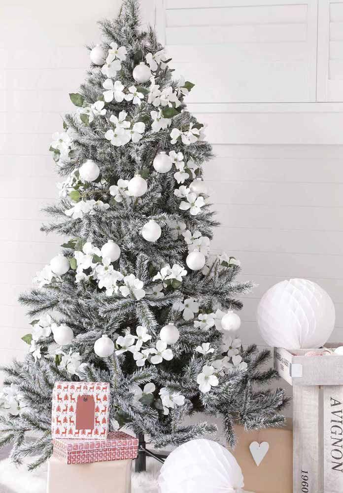 Você pode usar os enfeites todos brancos para compor a árvore de natal