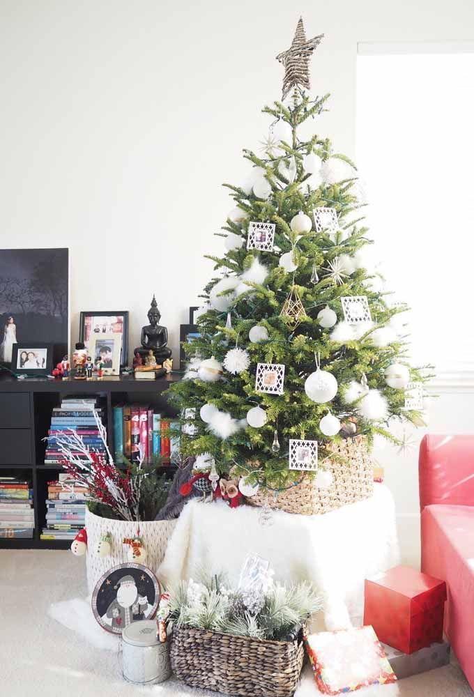 Pendure algumas fotos na árvore de natal para ficar mais a sua cara