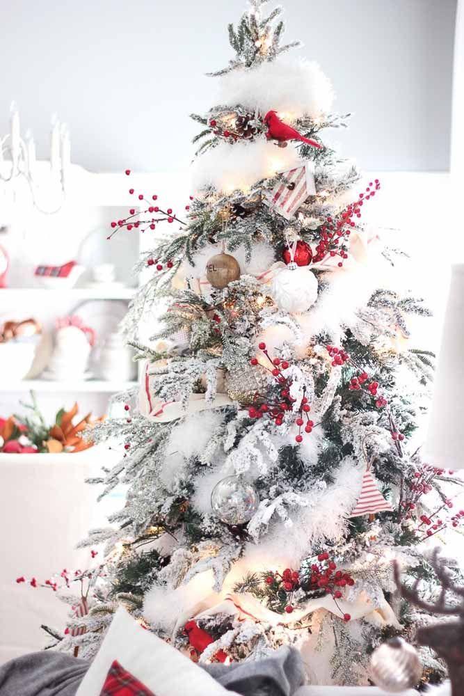 Enfeite a árvore de natal com alguns detalhes em vermelho