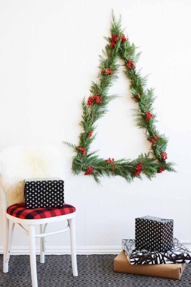 Para quem gosta de algo simples, pode pegar alguns galhos de pinheiro e formar uma árvores na parede