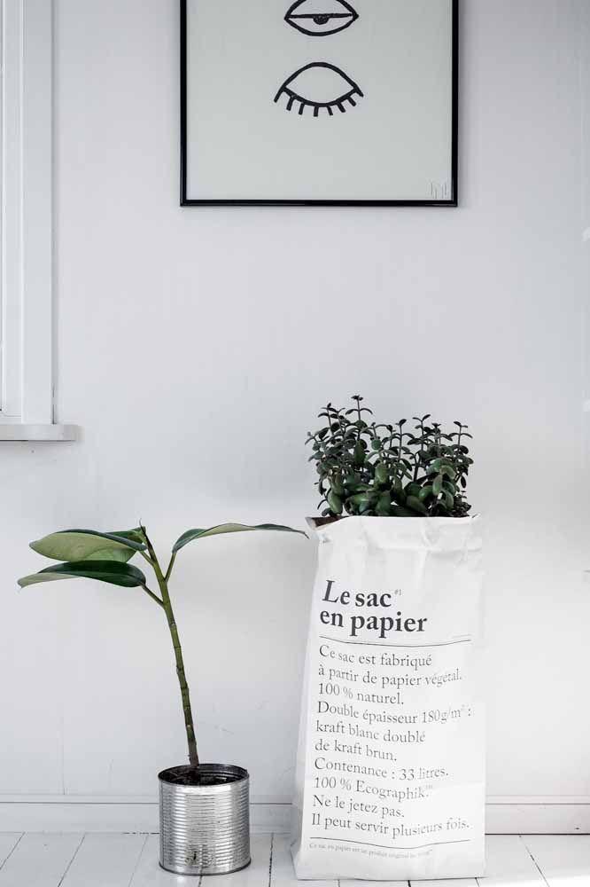 Um saco e uma lata: quando a proposta é uma decoração despojada esses objetos se tornam ótimas opções de cachepot