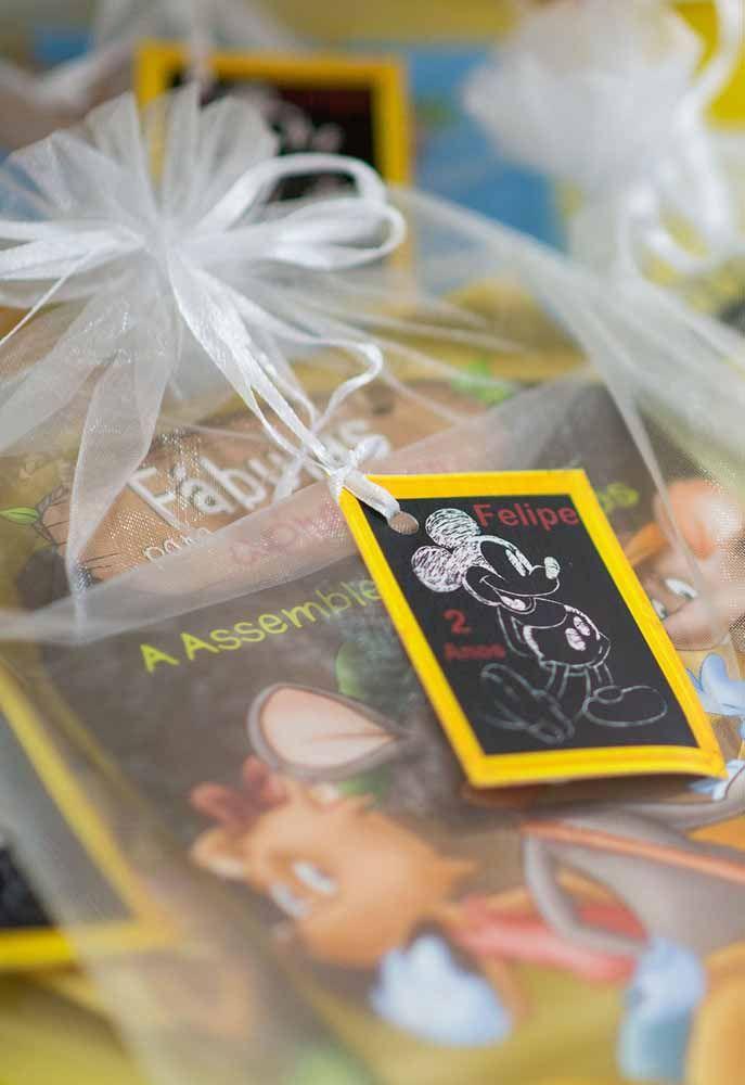Que tal fazer um pequeno cartãozinho do Mickey para entregar junto com a lembrança da festa?