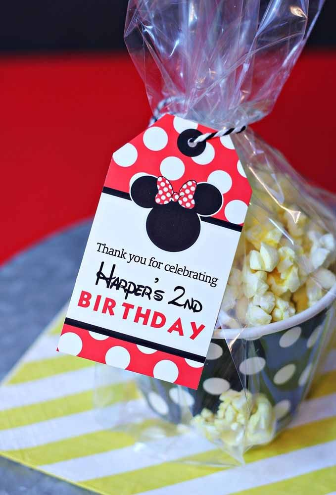 Faça uma embalagem de plástico e coloque uma tag personalizada para entregar as lembrancinhas do Mickey