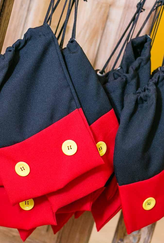 Se você costura, faça um saquinho para colocar as lembrancinhas. Para personalizar use as cores da festa