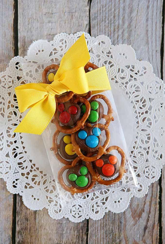 Coloque a mão na massa e crie doces incríveis para servir como lembrança na festa do Mickey