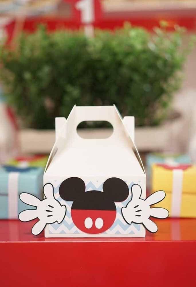 Compre algumas embalagens em casas de festas e cole a carinha e a mão do Mickey