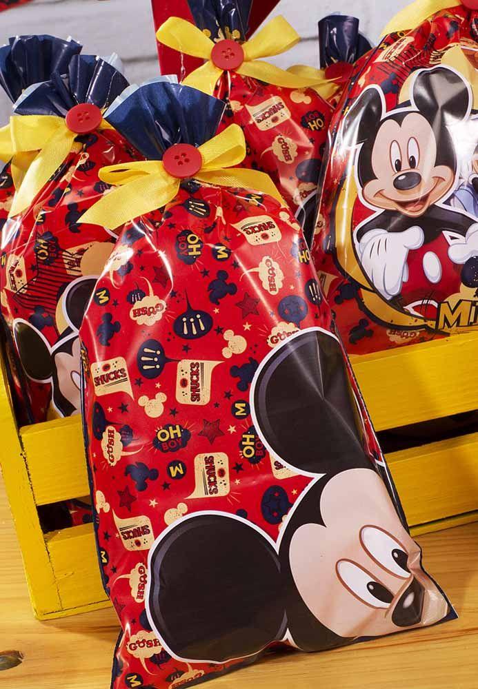 Se tiver muitas lembrancinhas, coloque tudo em um saco grande com o tema do Mickey