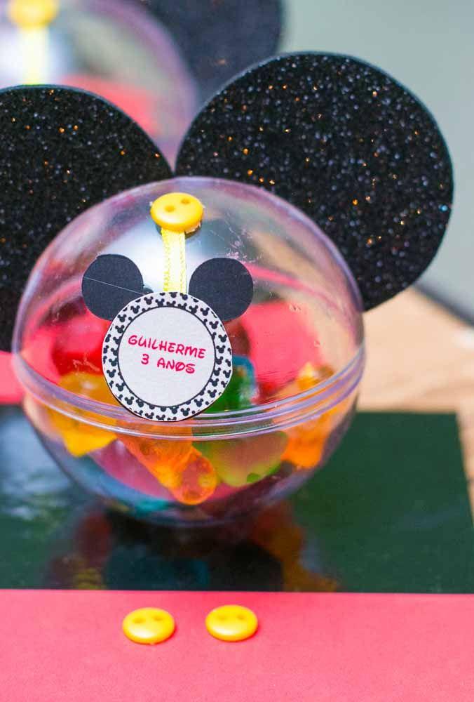 A simplicidade e originalidade das lembrancinhas com o tema Mickey Compre algumas embalagens para colocar guloseimas que são vendidos em casas de festas. Depois faça um molde da carinha do Mickey e pregue com um botão. Para finalizar, cole as orelhas do ratinho mais famoso do mundo.