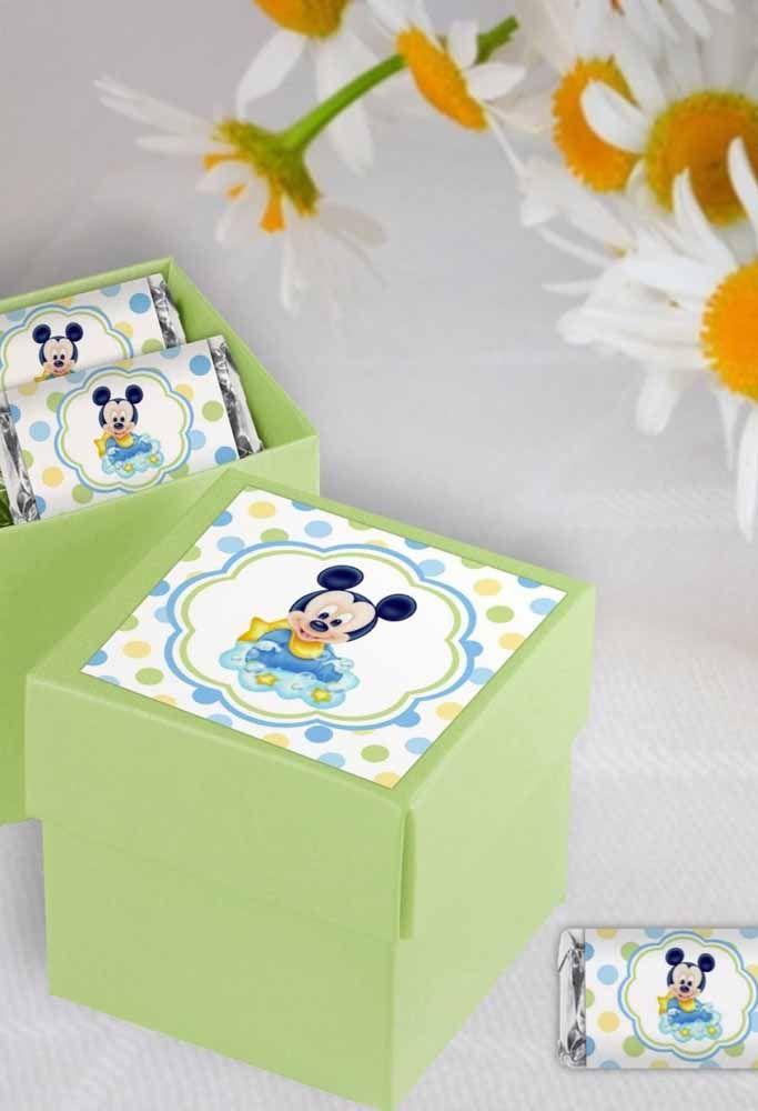Para festas com o tema Baby Mickey distribua caixinhas personalizadas. O tema Baby Mickey é excelente para festas de 1 ano. Como lembrancinha você pode fazer uma caixinha de papel. Para isso, use cores suaves como o verde e cole o adesivo do Mickey Baby.