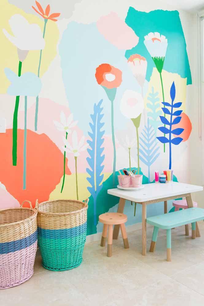 Flores coloridas e despretensiosas na parede decoram esse cantinho de brincar