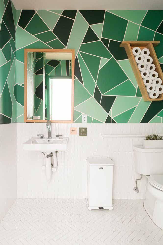Formas geométricas em tons de verde para levantar o astral do banheiro branco