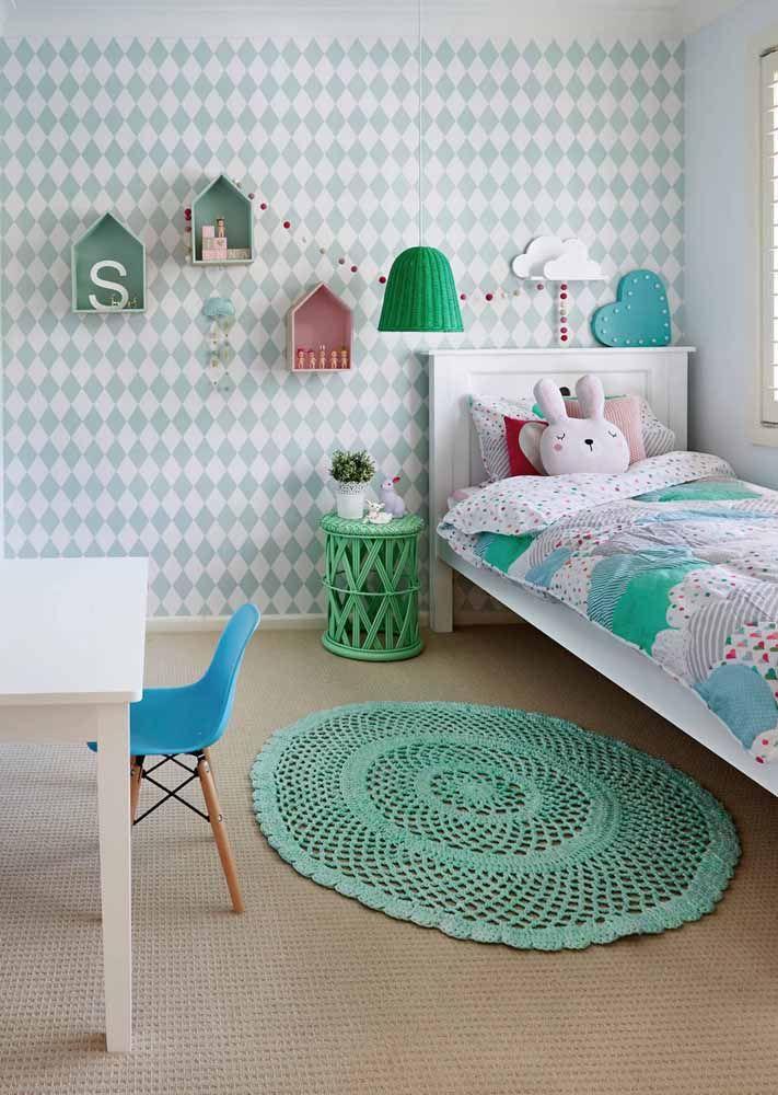 O quartinho infantil apostou em uma parede de cores e estampa suave