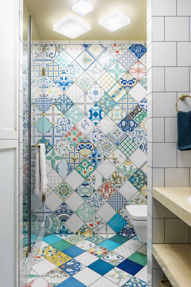 A onda dos azulejos retrôs e portugueses podem ajudar você a colorir as paredes da sua casa
