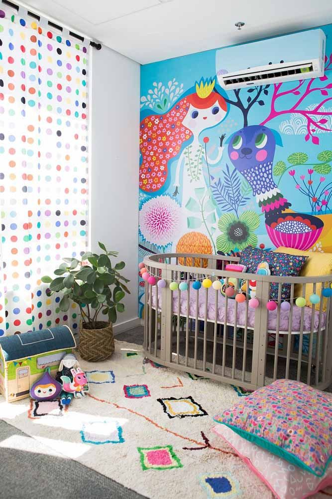 Já nesse outro quarto a parede desenhada anima o ambiente