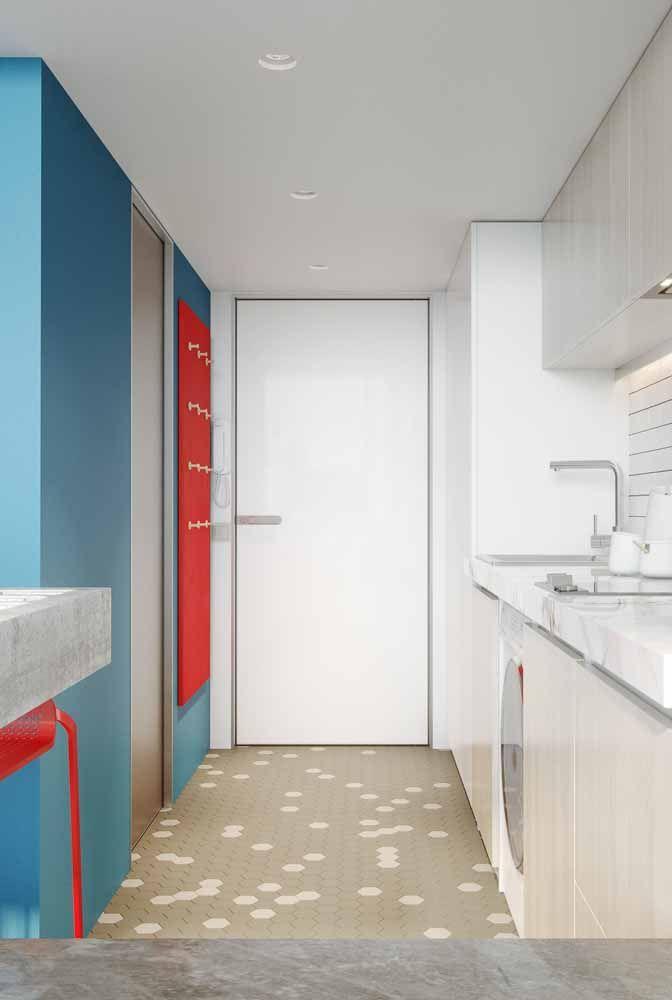 Parede azul com suporte vermelho: uma combinação de contrastes que funcionou muito bem na cozinha branca