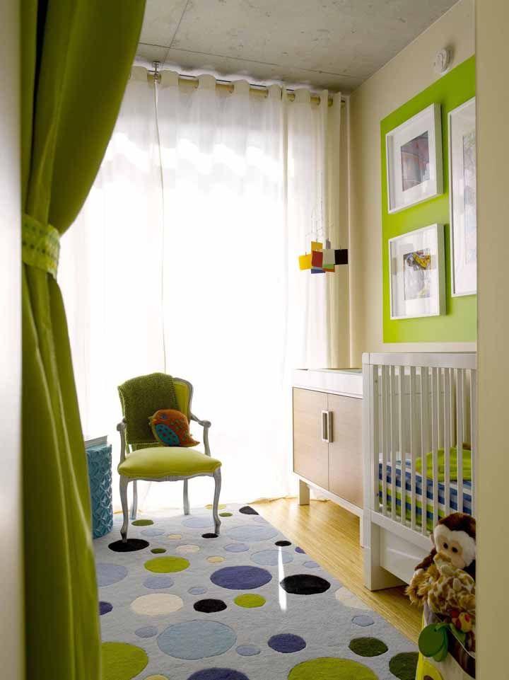 Nesse quarto de bebê, o tradicional azul deu espaço para o verde em grande parte da decoração