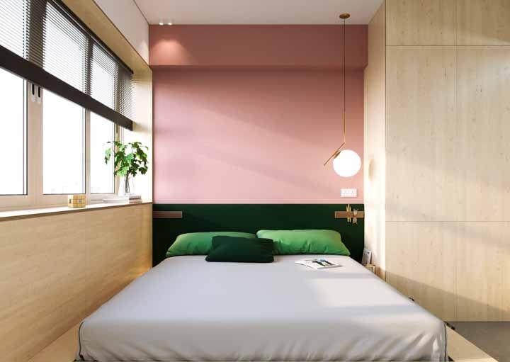O contraste harmonioso entre o rosa e o verde emoldurado pelo tom amadeirado do pinus