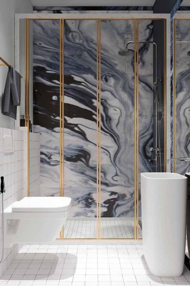 Para o banheiro moderno a opção foi trazer para a parede cor e textura marmorizada