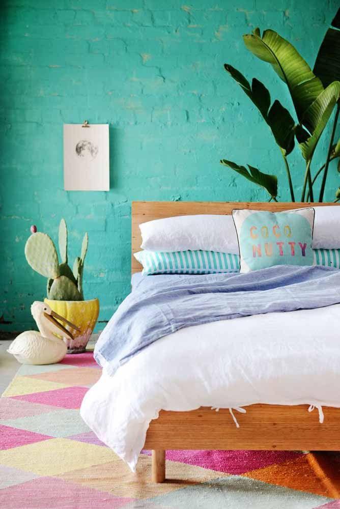 A calma e a tranquilidade da parede azul esverdeada em contraste com o tapete colorido
