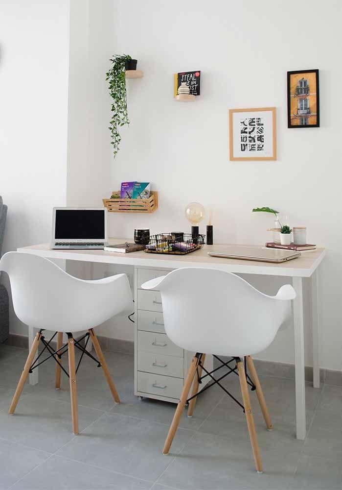 Escrivaninha branca simples dividida pelo gaveteiro