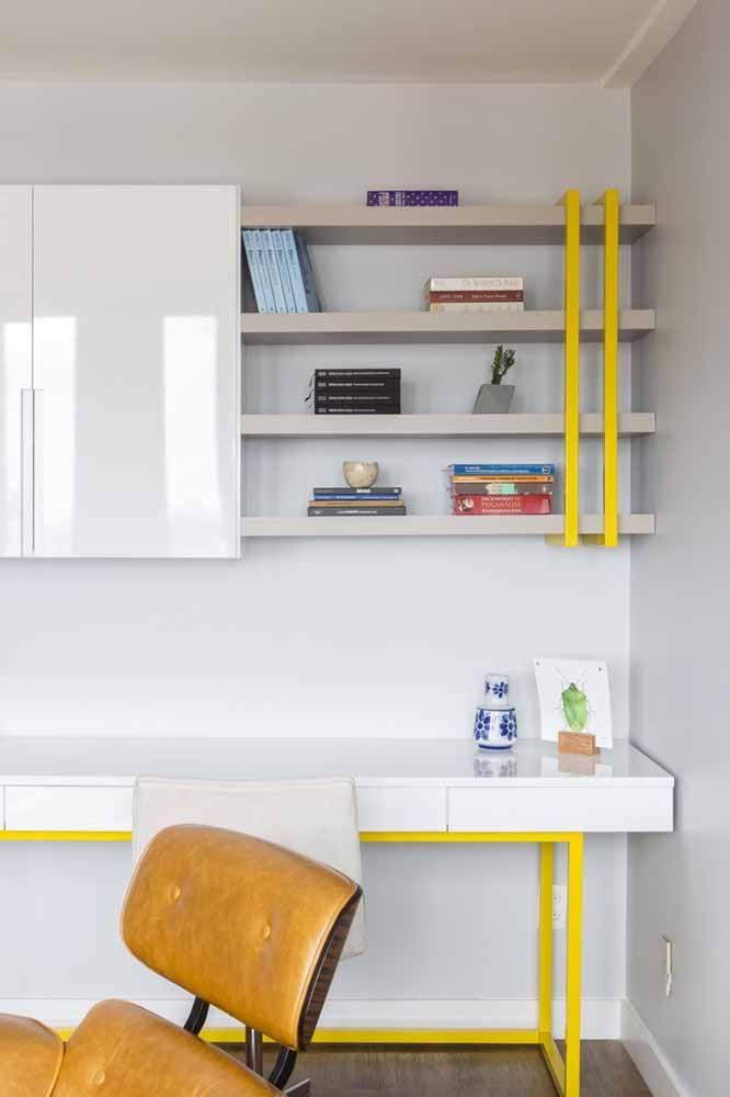 Aqui, a escrivaninha branca de estilo industrial ganhou detalhes em amarelo para se contrastar no ambiente