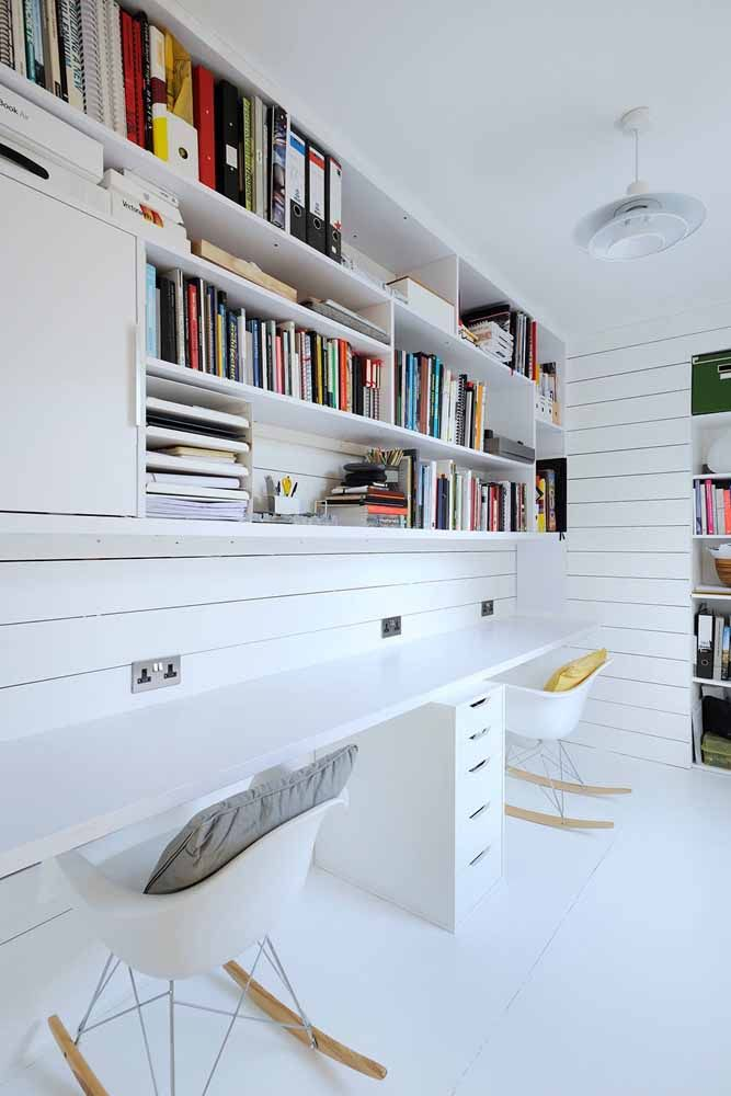 O ambiente fica mais clean e iluminado com o uso da escrivaninha branca