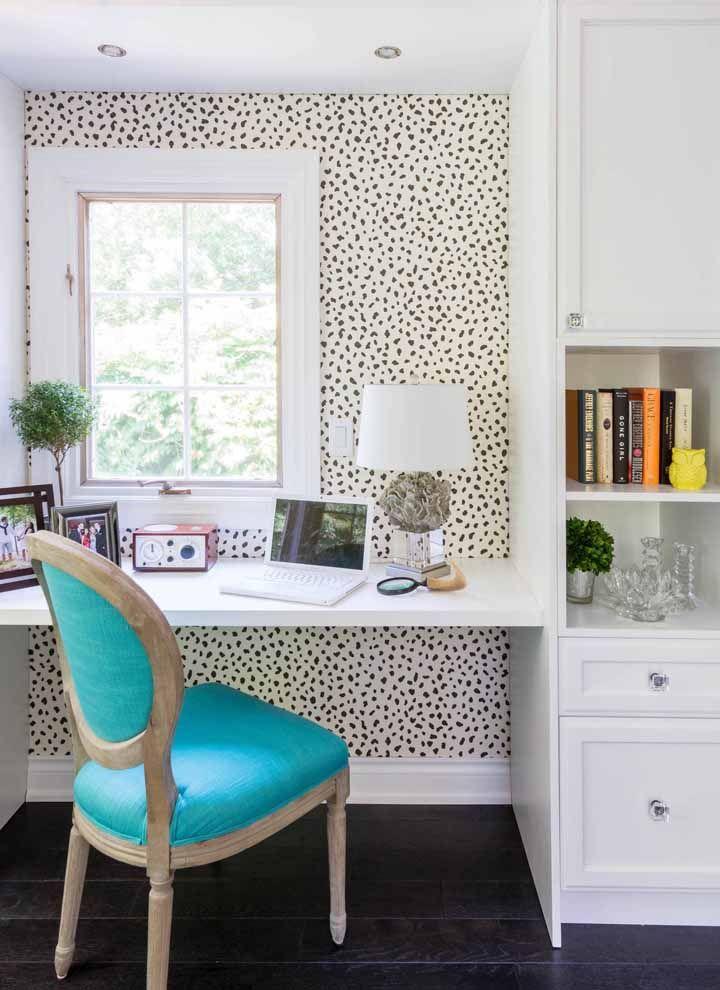O papel de parede destaca a escrivaninha branca suspensa